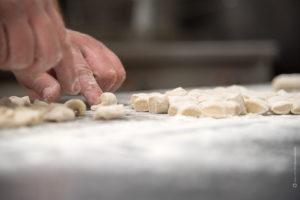preparazione-gnocchi-pasta-mano-cucinare-costiera-amalfitana-fotografia-food