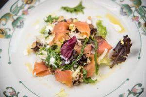 salmone-insalata-piatto-ristorante-fotografia-food