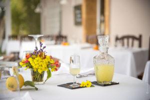 limoncello-bicchiere-bottiglia-vetro-tavolo-ristorante